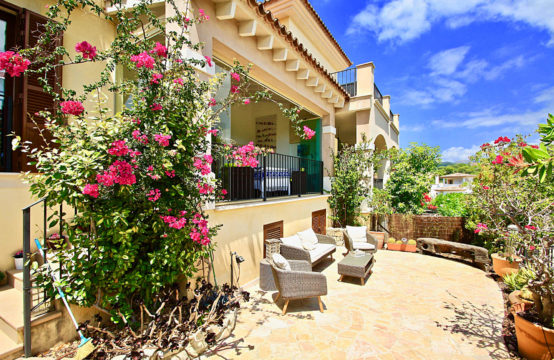 Camp de Mar: Modern townhouse directly at the golf course in a very well maintained complex for sale
