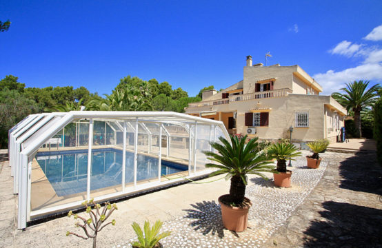 Santa Ponsa: family house located on a large flat plot with a covered pool