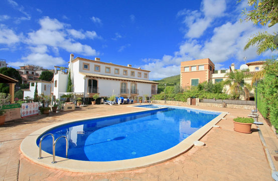Camp de Mar: Spacious townhouse directly on the golf course in very well maintained complex for sale