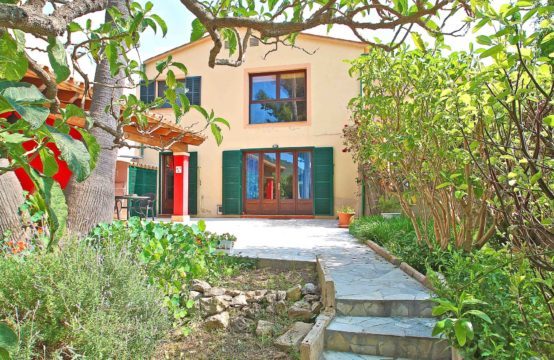 Village house with spacious garden in Andratx for sale