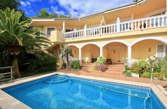 Paguera: Villa mit vielen Möglichkeiten in ruhiger Lage mit Pool und Meerblick zu verkaufen