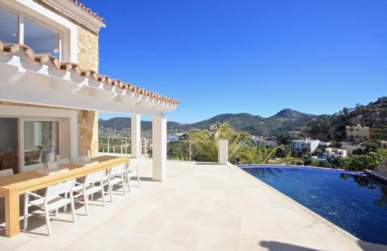 Port Andratx: Villa récemment rénovée dans un style de maison sur la plage avec une vue fantastique sur le port