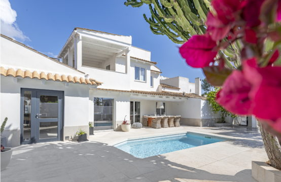 Sol de Mallorca: modern renovated villa in a community with private pool near the beach for sale