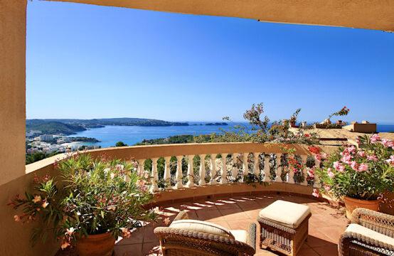 Paguera: Mediterranes Apartment mit Traum- Meerblick und sehr großer Terrasse zu verkaufen