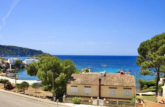 Sant Elm: großzügiges Apartment mit Terrassen, Garten und Meerblick als Erstbezug in einer ruhigen Wohnanlage mit Pool