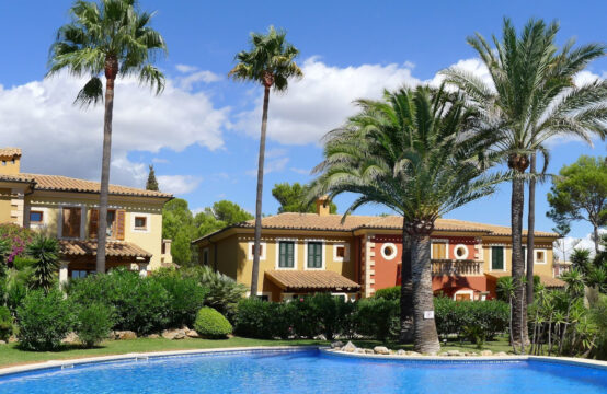 Santa Ponsa: Detached House with garden in lovely residence with pool for sale